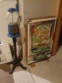 Nishijin Pachinko machine and gumball machine.