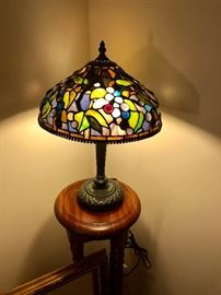 Very nice vintage reproduction stain glass lamp in excellent condition