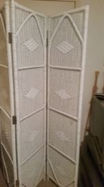 FOLDING WHITE WICKER SCREEN