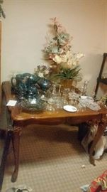 SMALL SQUARE DINING TABLE PLUS GLASSWARE