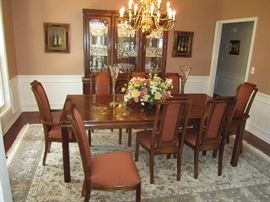 Thomasville Dining room table with 8 chairs and 2 leaves