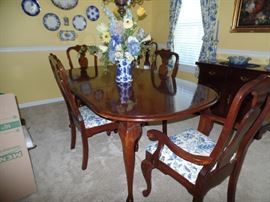 Beautiful Cherry Queen Anne dinning room table w/6 chair and 2 leaves