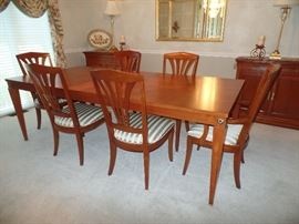 Ethan Allen dining room table w/6 chairs and 2 leaves ---Perfect Condition