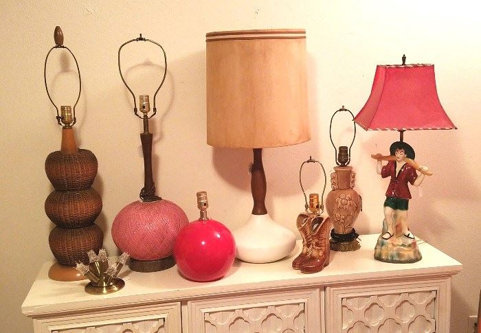 Tons of vintage table lamps!
