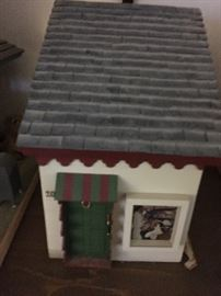 Miniature dollhouse box—roof lifts to enable putting things in box