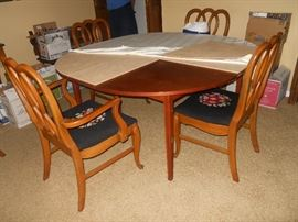 MCM Dining Table, Total of 6 Queen Anne Style Chairs