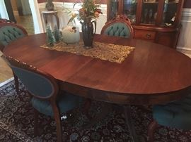 BEAUTIFUL OVAL VICTORIAN STYLE DINING TABLE AND CHAIRS