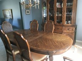 This gives you a better view of the dining table and chairs -- great condition -- no -- excellent!