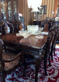 BEAUTIFUL DINING ROOM TABLE WITH EXTRA LEAF