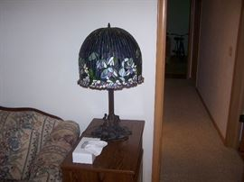 TIFFANY-TYPE TABLE LAMP