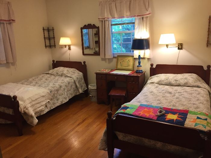Charming vintage twin bed suite.