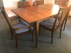 Lovely Broyhill Brasillia Table with 4 chairs, two of them have arms. Fabric seats.