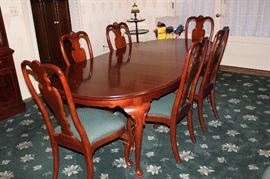 Ethan Allen Dining Set includes 8 chairs (6 armless and 2 captains chairs) as well as table pad