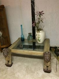 Coffee table with lion-leg/-foot motif.
