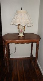 BEAUTIFUL ANTIQUE SIDE/ENTRY TABLE