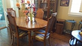 Lovely oak dining room table with 2 extra leaf inserts