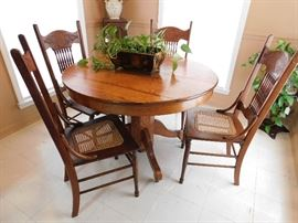 Round Oak Single Pedestal Breakfast Table