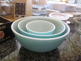 3-Piece Pyrex Mixing Bowl Set, gorgeous color!