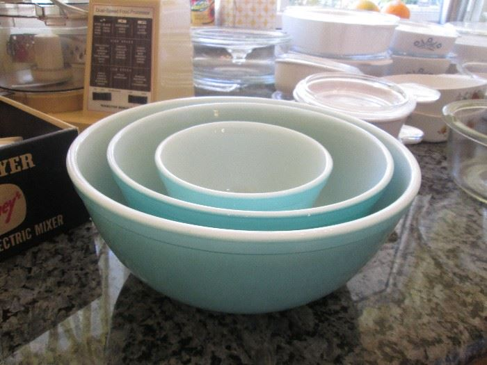 3-Piece Pyrex Mixing Bowl Set, gorgeous color!