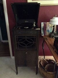 Really nice Edison Victrola, works, records and extra needles are included