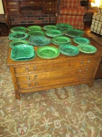 COFFEE TABLE, MAJOLICA GREEN POTTERY PLATES