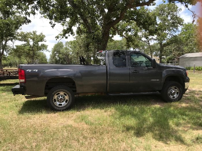 2011 GMC Sierra K2500 HD, 4 Door Extended Cab Pickup, 6.0L. V8 F OHV 16V,Rear Wheel Drive W/4x4, 152,000 Miles. CarFax Available.