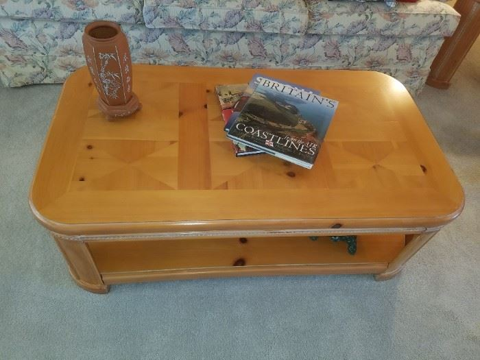 Excellent coffee table - Lots of Coffee Table Books