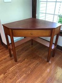 Corner wood table