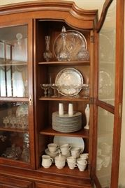 Traditional wood Kindle china cabinet w/ glass doors