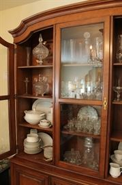 Traditional wood Kindle china cabinet w/ glass door