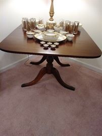 DREXEL DINNING TABLE WITH FOLD DOWN SIDES. THIS DREXEL SET HAS BEEN VERY WELL CARED FOR