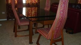 MODERN DINING SET WITH BLACK GLASS TABLE , BOTH ENDS OF TABLE PULL OUT AND 4 MODERN CHAIRS, VERY NICE
