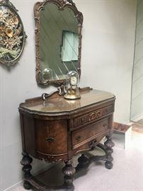 Vintage & antique furniture pieces & mirrors