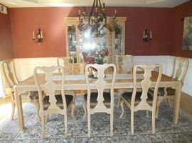 Drexel Heritage Dining Room  Table Includes 2 Leaves and Pads    8 Chairs