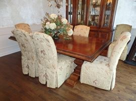 Stunning dining room table w/2 leaves  and pads