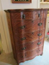 Beautiful Antique Chest of Drawers with Serpentine Front