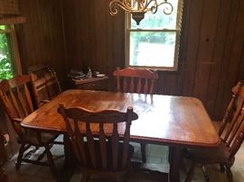 Oak dining set with 2 leafs, 6 chairs and Hutch