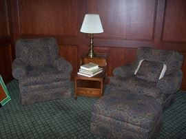 PAIR OF EASY CHAIRS & OTTOMAN, LAMP TABLE & BRASS LAMP