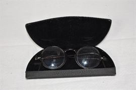 Pair of antique reading glasses / Pair of antique reading glasses with leather case. Brand unknown