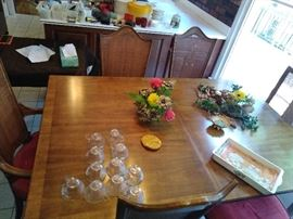 mid century dining room table has 2 leaves and 5 chairs