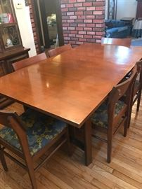 Beautiful mid century table with 2 leafs and 8 chairs