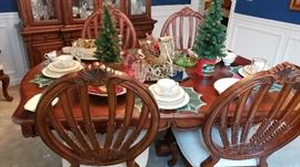 Beautiful Dining table, 6 chairs, 2 leaves, and table pads
