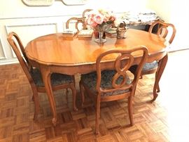 French Provincial dining set with leaf and 8 chairs in Pristine condition!