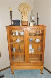 Love this pretty china cabinet.
