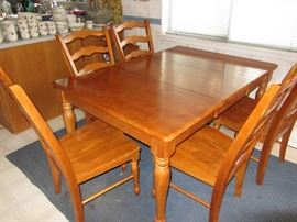 Traditional Dining Room Set with two leaves