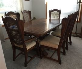 Nice dining table w/6 chairs and 2 extensions