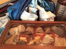 ONE OF OVER 20 DISPLAY BOXES FULL OF COLLECTED ROCK SPECIMENS, FOSSILS, GEODES, PETOSKY STONES