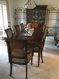 $275  Ethan Allen dining room table with 8 chairs and 2 leaves