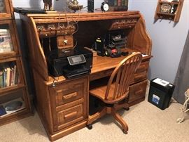 Large solid oak roll top desk in excellent condition!