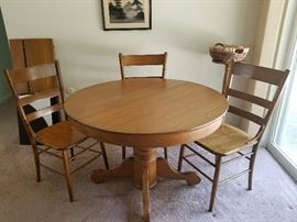 Gorgeous oak pedestal round table with 3 leaves and table pads, matching 4 chairs included